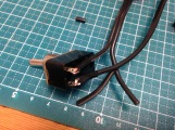 中の線を剥いて端子に巻きつけ、絶縁テープで巻いて固定。半田付けはしていない